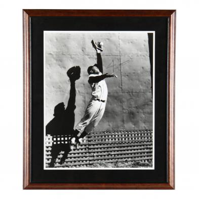 willie-mays-catching-a-fly-ball-signed-photo